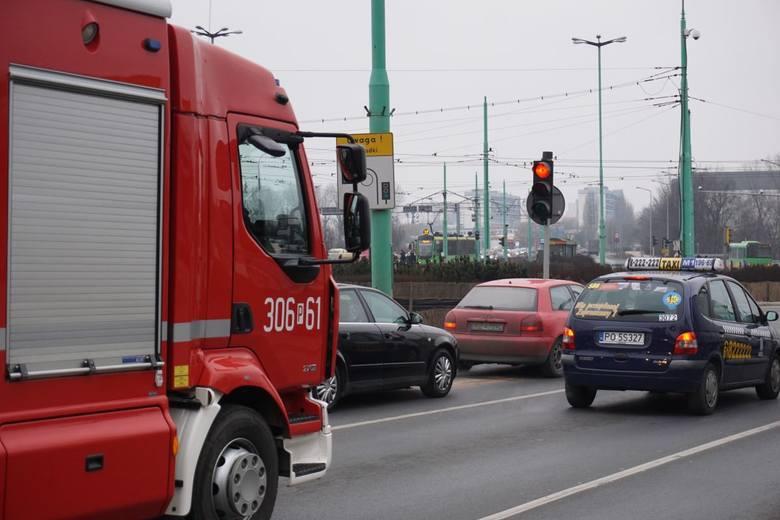 Na rondzie Śródka zdarza się, że wszystkie auta stoją na czerwonym świetle