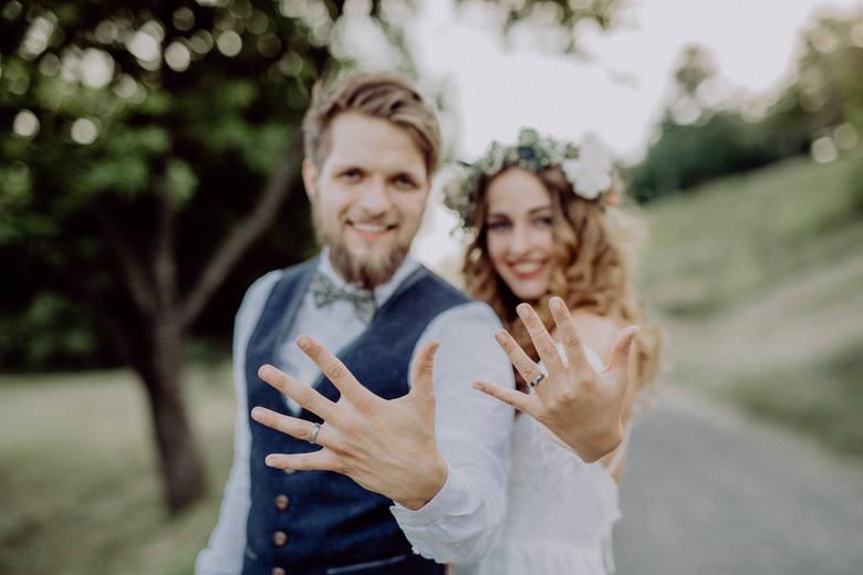 Ślub to jeden z najważniejszych dni w waszym życiu. Niestety zmiana stanu cywilnego wiąże się również z niemałą ilością dokumentów do załatwienia. Dobra
