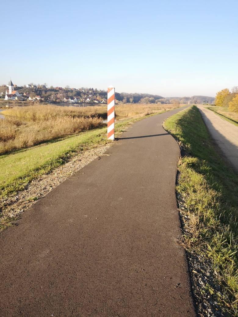Niektóre słupy graniczne przy tej samej ścieżce udało się ominąć.