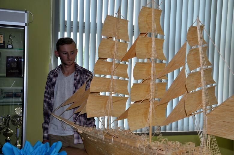 Model Daru Młodzieży (na zdjęciu), który Grzegorz zbudował z 80 tys. zapałek, można oglądać w słubickim urzędzie miejskim.