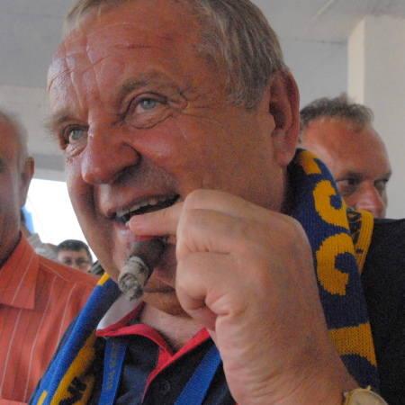 Władysław Komarnicki. Ma 63 lata. Twórca gorzowskiej firmy budowlanej Interbud West, obecnie prezes jej Rady Nadzorczej. Prezes Stali od 2005 r. Żonaty