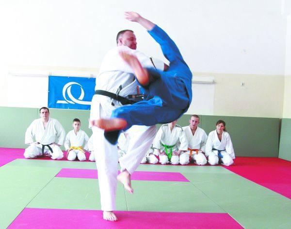Pokaz judo w wykonaniu Cezarego (w białym kimonie) i Jarosława Kazberuków – nauczycieli Jagiellonii Judo Club