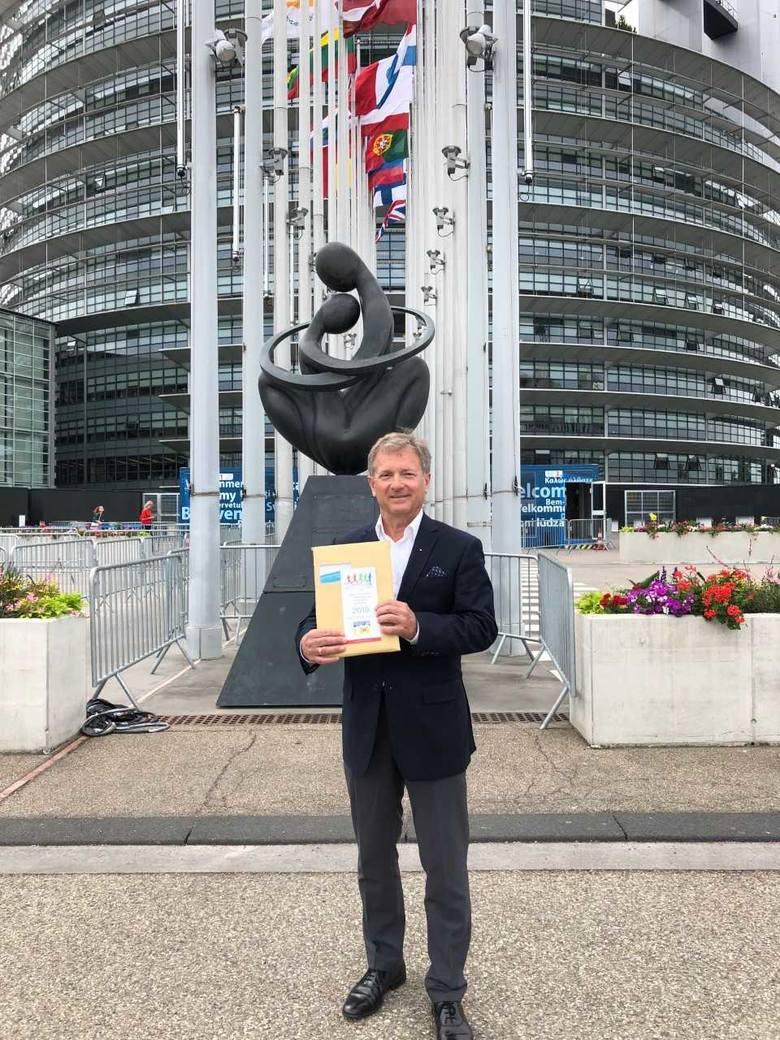 Mariusz Szeib podczas przygotowań do Freedim Charity Run przed Parlamentem Europejskim w Strasburgu