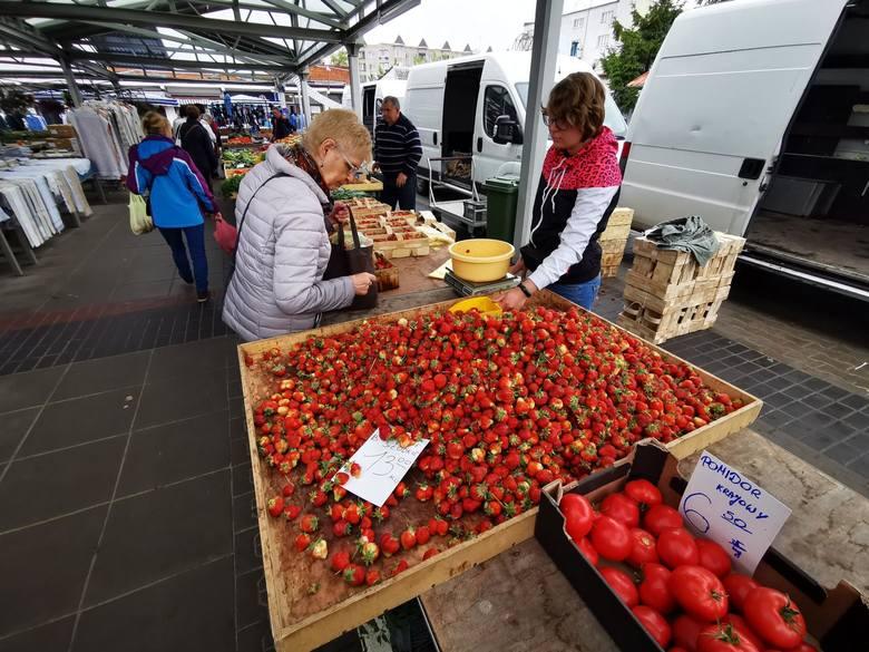 Krajowe truskawki w piątek sprzedawano na targowisku przy Szosie Chełmińskiej w cenie 12-15 zł za kilogram. To słona cena słodkiego owocu, wymuszona m.in. przez pogodę. Rok temu kilogram kosztował 5-7 złotych.