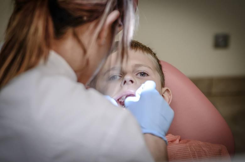 Dentobus zapewnia opiekę stomatologiczną dla dzieci przede wszystkim w mniejszych miejscowościach, w których nie ma gabinetu stomatologicznego ani w