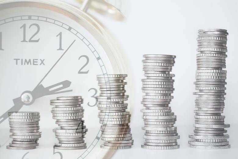 Ile średnio zarabiają Polacy? Jak nasze pensje rosły na przestrzeni lat? Dowiecie się tego z naszej galerii zdjęć.Raz na rok Główny Urząd Statystyczny