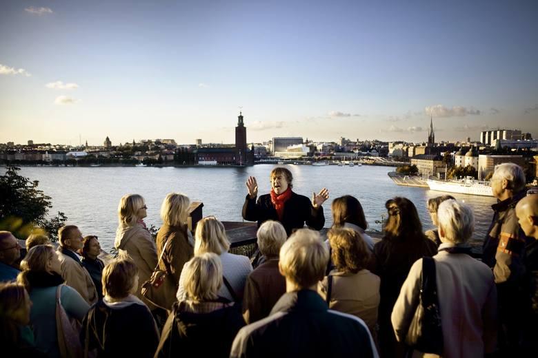 Monteliusvägen, Södermalm - jeden z najpiękniejszych widoków w Sztokholmie.  Z tego miejsca turyści i miłośnicy serii Millennium widzą m.in. wyspę Kungsholmen, przepiękną starówkę czy gmach Rådhuset (Sądu Rejonowego w Sztokholmie). To tutaj Mikael został skazany za zniesła-wienie Hansa-Erika...