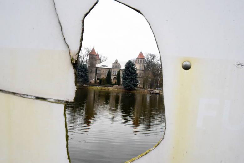 W centrum Dąbrówki Wlkp. znajduje się stary niemiecki pałac. Niestety, w ostatnich latach rezydencja pozostaje zamknięta dla odwiedzających. A szkoda,