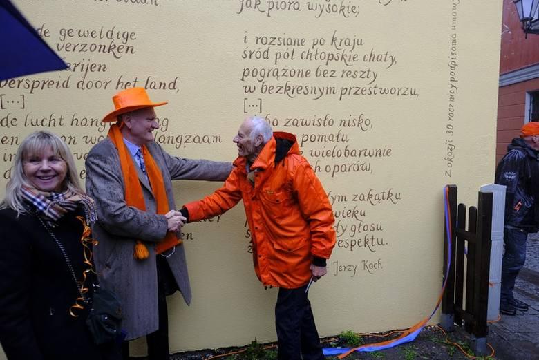 """Na 30-lecie współpracy Torunia i Lejdy przez starówkę przeszła """"Pomarańczowa parada"""", a dzieci z domu dziecka otrzymały kolejne prezenty"""