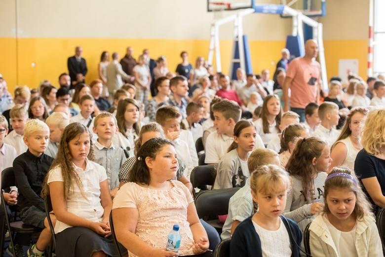 Prawie 30 tys. uczniów i przedszkolaków rozpoczęło w poniedziałek rok szkolny 2019/2020. Będzie on szczególnie trudny w przeludnionych szkołach średnich.CZYTAJ