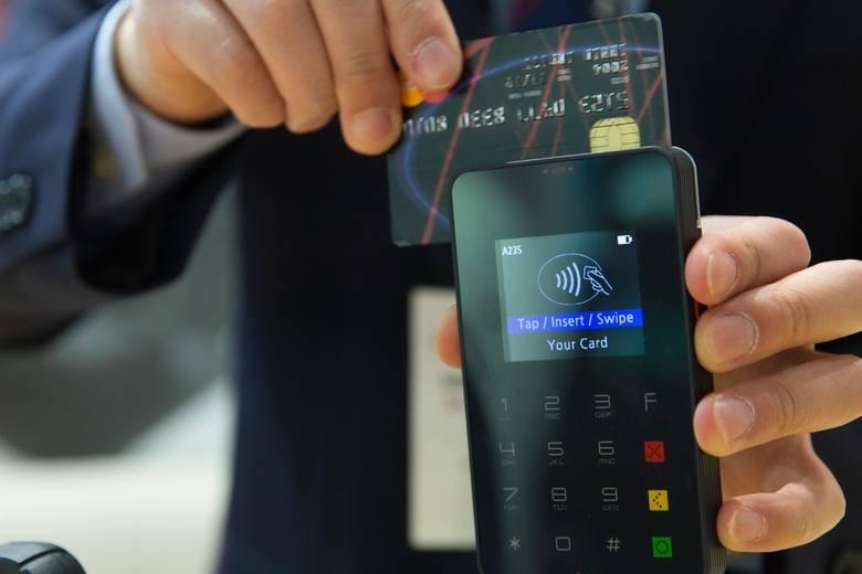 Osoba, która będzie mogła ci pomóc, musi posiadać aplikację swoje banku w telefonie oraz mieć możliwość płacenia blikiem. I wcale nie musi znajdować