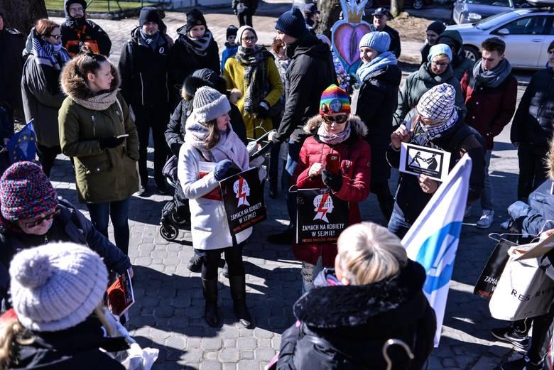 Pikiety przed kurią w Gdańsku Oliwie. Protestowały przeciwko zaostrzeniu przepisów antyaborcyjnych [zdjęcia]
