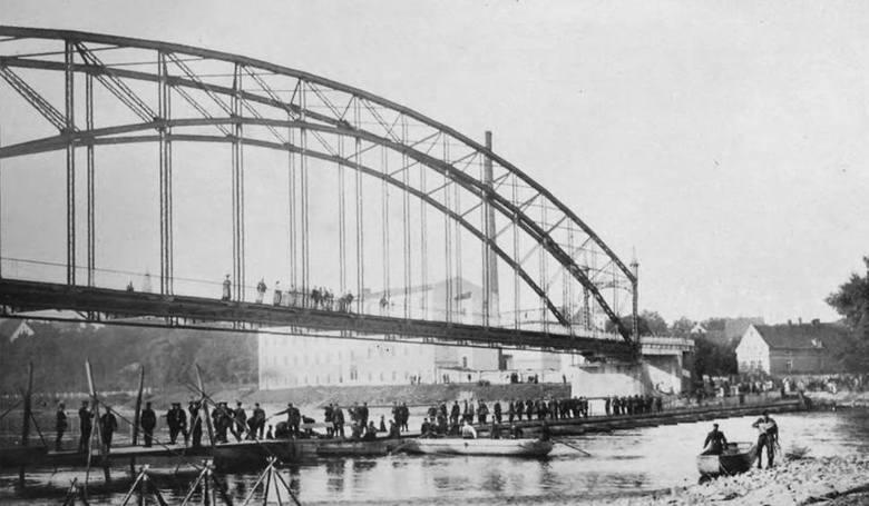 Jak pisaliśmy wyżej budowa mostu było to być, albo nie być miasta. Stąd sami mieszkańcy zdecydowali się zorganizować ściepę. Przeprawa była dziełem,