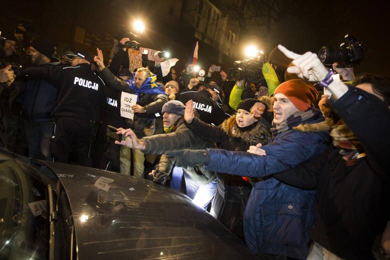 Pikietujący próbowali zablokować wjazd polityków PiS