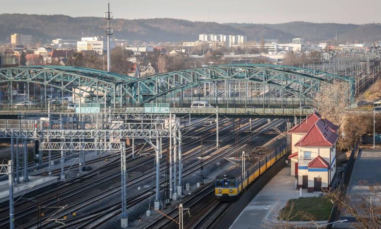Nowe rozkłady jazdy na kolei, które wejdą w życie już w niedzielę, aktualne będą do 11 marca. Na najpoważniejsze zmiany muszą przygotować się pasażerowie