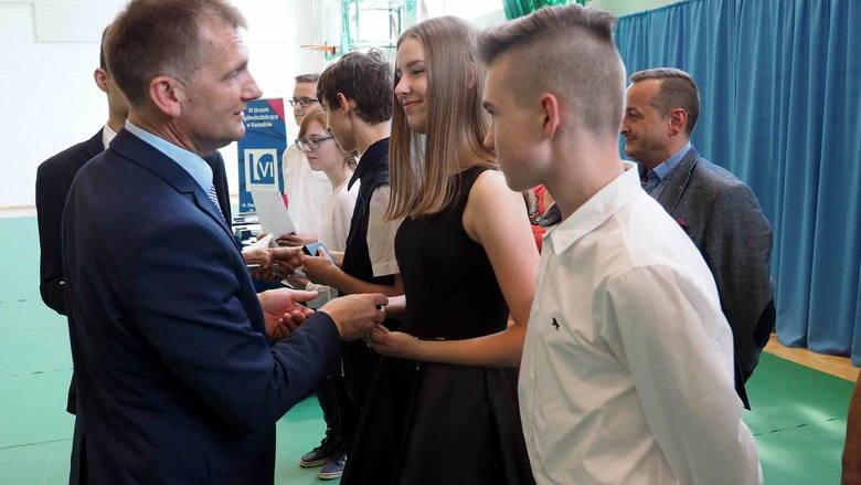 W środę w hali sportowej VI Liceum Ogólnokształcącego w Koszalinie odbyło się podsumowanie konkursów przedmiotowych Zachodniopomorskiego Kuratora Oświaty.Na