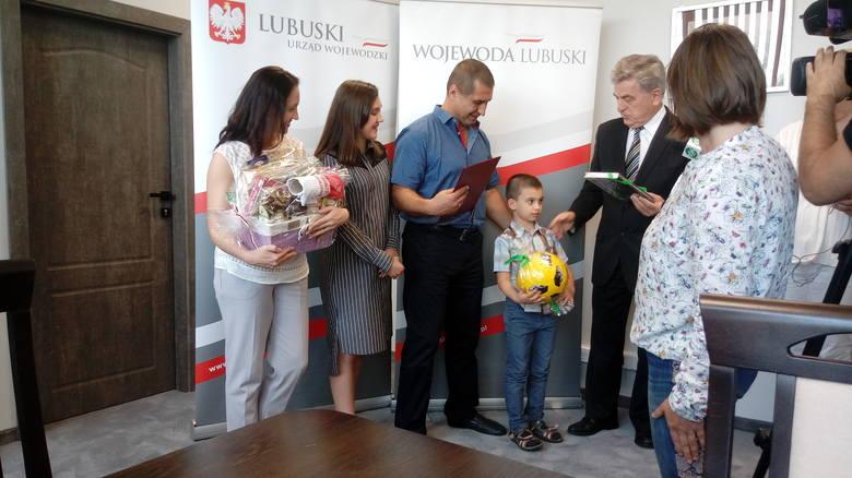 Andriej Sirowatskyi z żoną Tatianą i dziećmi: Dmytrem (wołają na niego Dima) i Olą (na nią Sasza) na spotkaniu z wicewojewodą lubuskim Wojciechem Perczakiem
