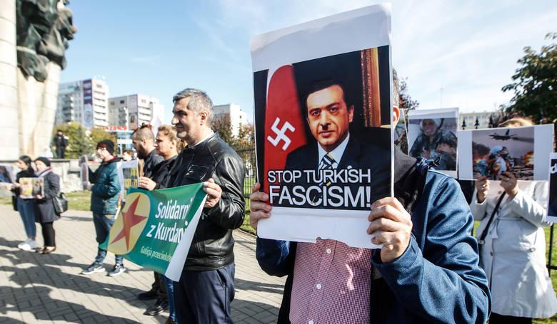 Kilkadziesiąt osób manifestowało dziś w Rzeszowie w pobliżu pomnika Walk Rewolucyjnych. Protestowali przeciwko trureckiej inwazji na Kurdów w Syrii