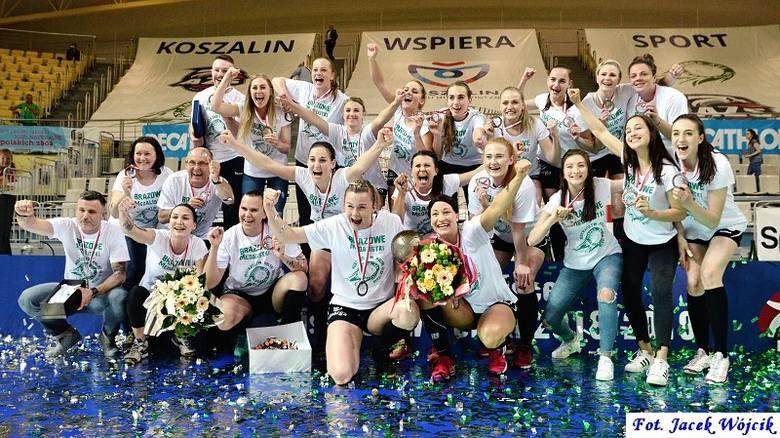 W piątek, po zakończeniu ostatniego meczu Energi AZS Koszalin odbyła się dekoracja brązowych medalistek. Strzelały szampany, sypało się confetti. Kibice