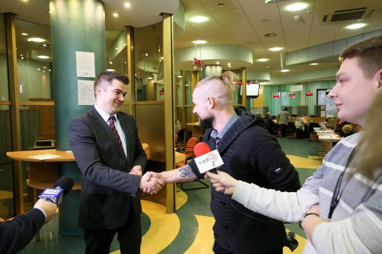 Inicjator akcji Maciej Grygorczuk i rzecznik ZUS-u Wojciech Andrusiewicz (z prawej) podali sobie ręce. Wspólnie chcą zrobić coś dobrego