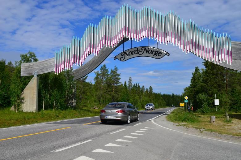 Brama witająca kierowców w regionie Nordland.