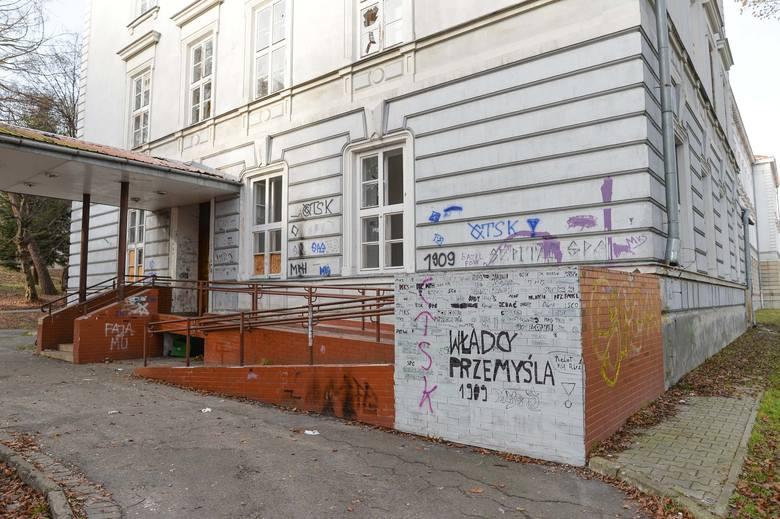 Przy ul. Słowackiego w Przemyślu był prężnie działający 114. Szpital Wojskowy. Później lecznicę przejęło miasto. Szpitala już nie ma. Liczne budynki