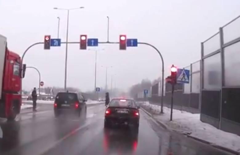 Pirat drogowy przejechał na czerwonym świetle przez skrzyżowanie w Modlniczce.