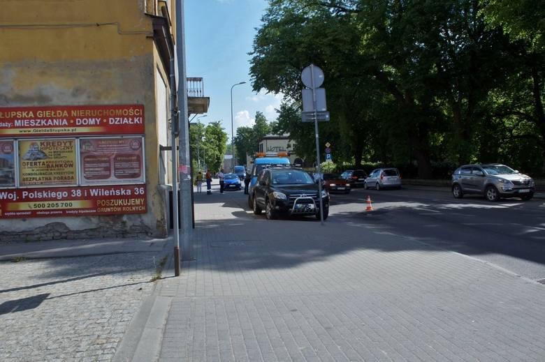 Dzisiaj (16.05), kilka minut po 10., doszło do kolizji trzech samochodów na ul. Kilińskiego. Pojazd słupskich wodociągów, siłą uderzenia w tył przez