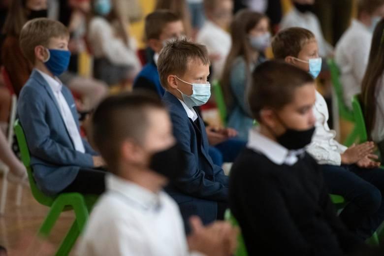 - Ministerstwo Edukacji Narodowej na bieżąco reaguje na potrzeby uczniów, rodziców oraz dyrektorów szkół w związku z wprowadzonymi nowymi zasadami organizacji