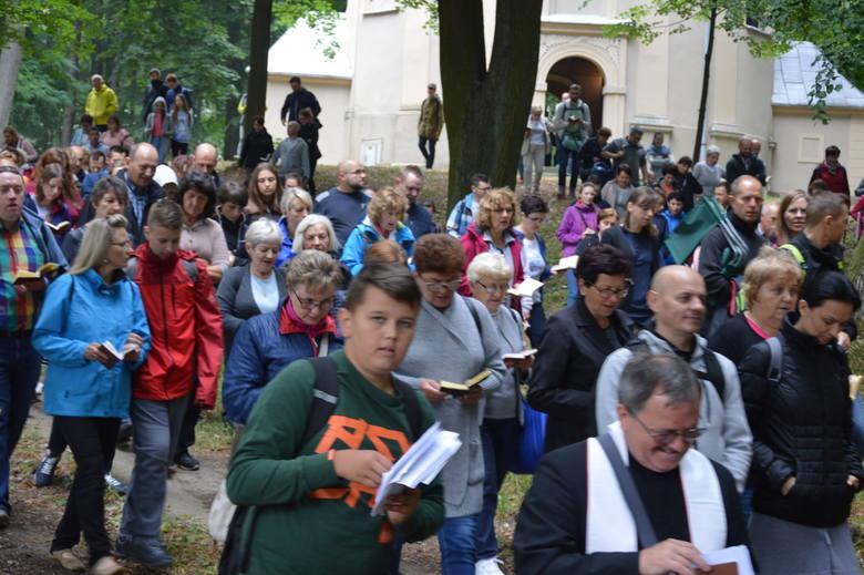 Pątnicy szli dróżkami Matki Bożej na mszę św. w Porębie. O 14.00 odbyło się nabożeństwo przyjęcia szkaplerza karmelitańskiego.