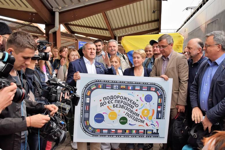 """Ekspres z Kijowa do Przemyśla okazał się hitem. Ukraińskie koleje ma w planach uruchamianie następnych połączeń. Ruch jest spory, Przemyśl może zarabiać na ruchu przesiadkowym. Nz. powitanie w niedzielę pierwszego, """"bezwizowego"""" pociągu w Przemyślu."""