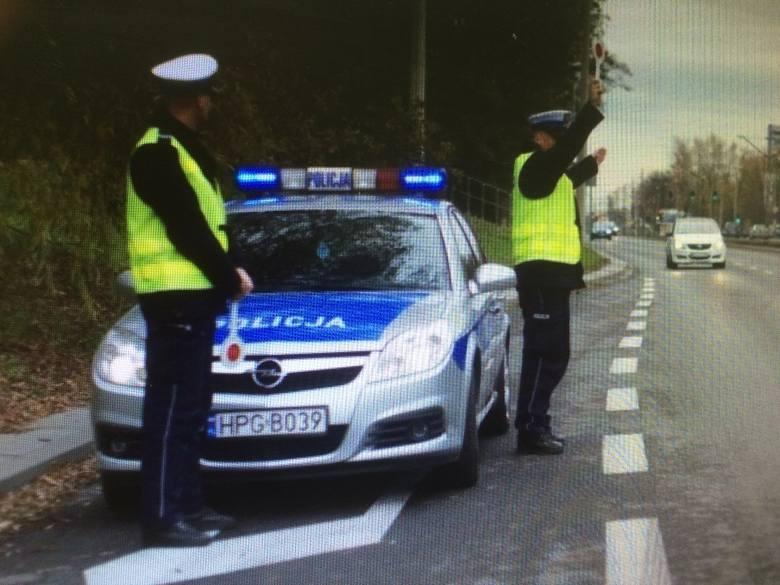 Policja obserwuje pieszych. Za łamanie przepisów ruchu drogowego wyciąga konsekwencje