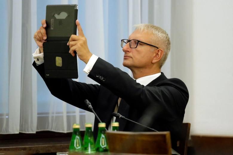 """Stanisław Pięta posłem już nie będzie. W PiS mieli dość doniesień tabloidów na temat jego romansu z Izabelą Pek alias """"czarna pantera&q"""