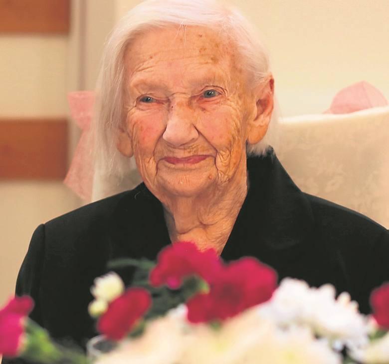 Jadwiga Smaruj, mieszkanka chojnickiego Domu Pomocy Społecznej, świętowała 104 urodziny. Z tej okazji odwiedziła ją rodzina, życzenia złożyli współmieszkańcy