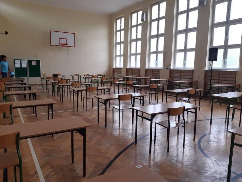 SP 111 w Łodzi przygotowana do egzaminu ósmoklasisty.Egzamin ósmoklasisty 2020- Przygotowaliśmy miejsca dla 69 naszych uczniów w sali gimnastycznej oraz