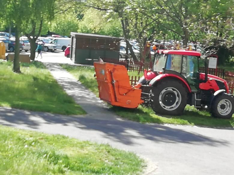 W Poznaniu aktualnie odbywa się koszenie trawy.