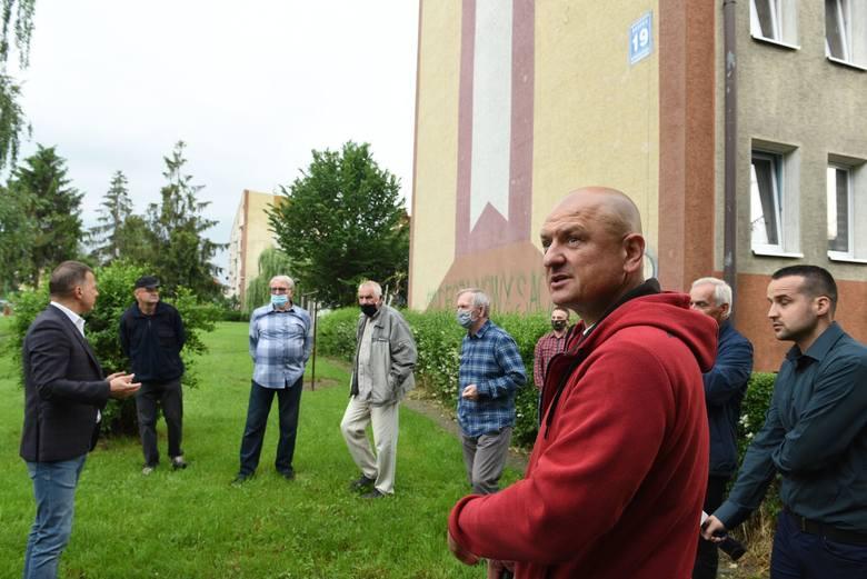 Nowy Sącz. Mieszkańcom pięciu bloków przy ul. Barskiej zagrodzono teren wewnątrz osiedla. Liczą na interwencję Ludomira Handzla