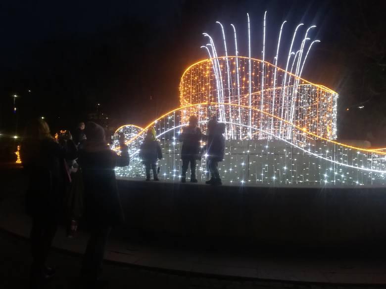 W czwartkowe popołudnie w Parku Książat Pomorskich w Koszalinie z okazji Mikołajek oficjalnie rozbłysnęły świąteczne iluminacje. Z pewnością jest to
