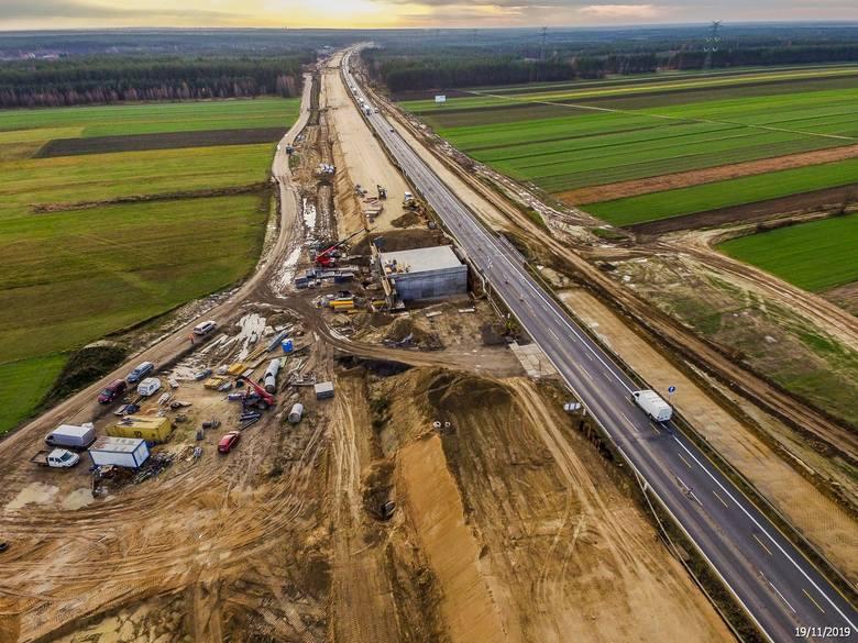 Tak wygląda w listopadzie 2019 roku gierkówka (DK1) od granicy województw śląskiego i łódzkiego do Radomska. Na jej śladzie powstaje autostrada A1. Kierowcy
