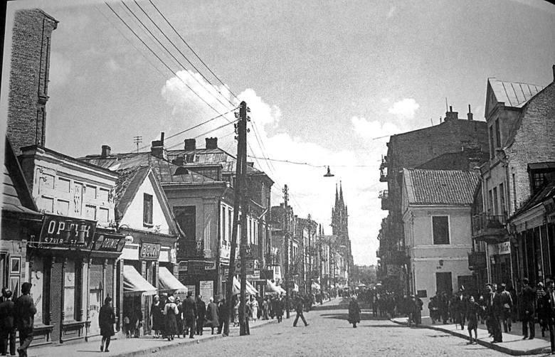 Ulica Marszałka Piłsudskiego, po lewej optyk Zylbersztejna, sklep B. Guzika, a tuż za nim wylot ulicy Kupieckiej. Zdjęcie pochodzi ze zbiorów Dariusza Hajduczeni.