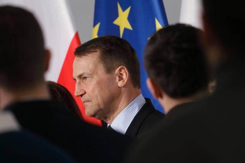 Koronawirus Przasnysz. Minister Sikorski obśmiewa lot z relikwiami nad powiatem przasnyskim. Wpisy na Twitterze