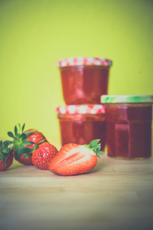 Porcja dżemu truskawkowego. Czyli częsty akcent na śniadanie. 50 gram dżemu to 3,5 łyżeczki cukru.