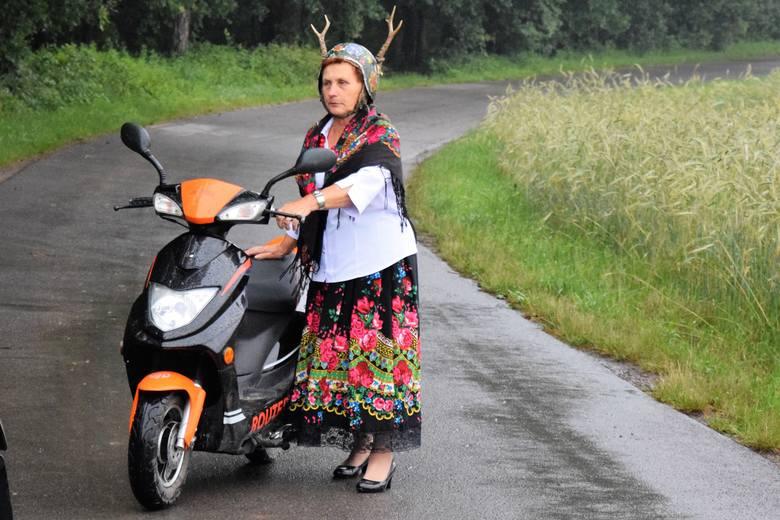 Trzydniowa praca na planie filmowym była bardzo wyczerpująca, od rana do wieczora. Nz. Janina Obirek, jedna z bohaterek teledysku
