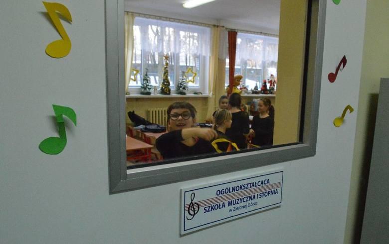 Podczas naszej wizyty w zielonogórskiej Ogólnokształcącej Szkole Muzycznej zajrzeliśmy na zajęcia z rytmiki z kształceniem słuchu, które prowadzi Grażyna