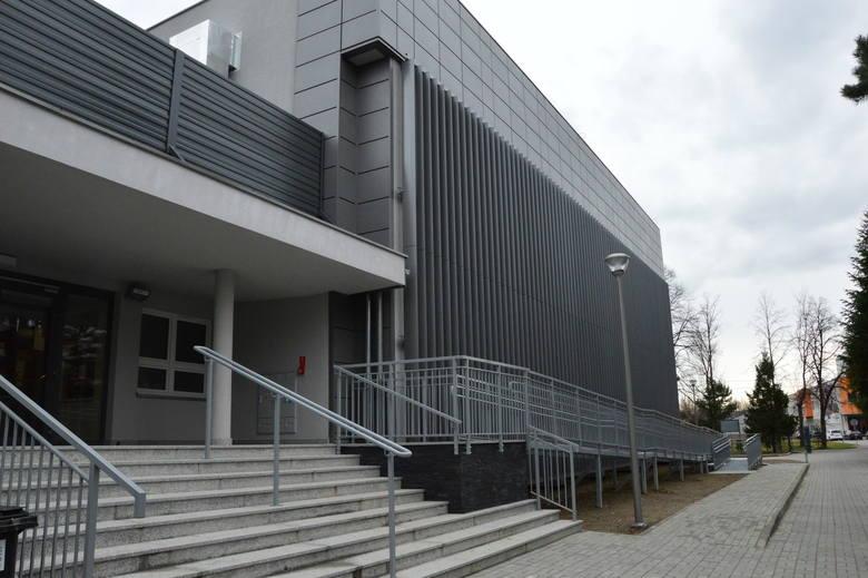 Państwowa Szkoła Muzyczna I stopnia w Myślenicach mieści się przy ul. Zdrojowej (w sąsiedztwie Szkoły Podstawowej nr 4, Zespołu Szkół - Małopolskiej