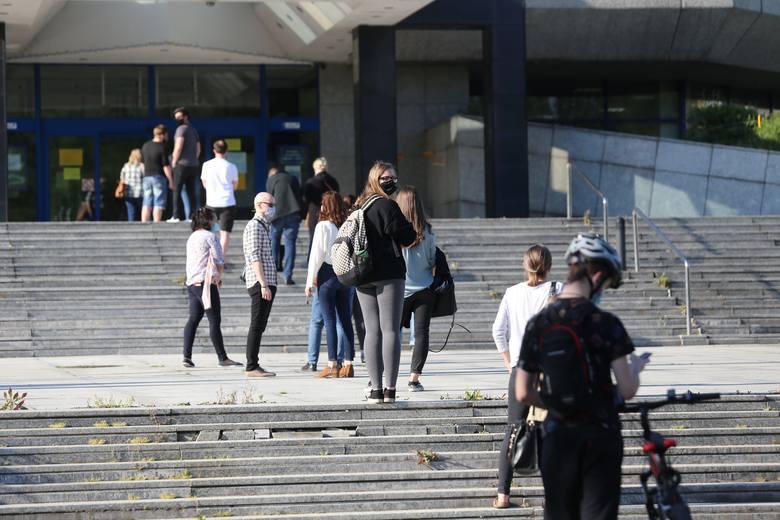 Biblioteka Śląska ponownie otwarta. Czytelnicy czekali w kolejce.Zobacz kolejne zdjęcia. Przesuwaj zdjęcia w prawo - naciśnij strzałkę lub przycisk