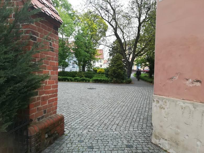 Mowa o niewielkim skwerze na przedłużeniu muru konkatedry