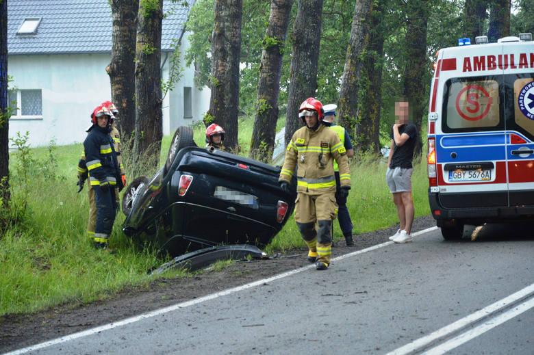 Utrudnienia na drodze z Bytowa do Kościerzyny. Tuż za Mędrzechowem doszło do wypadku drogowego. Kierująca fiatem 500, młoda kobieta najprawdopodobniej