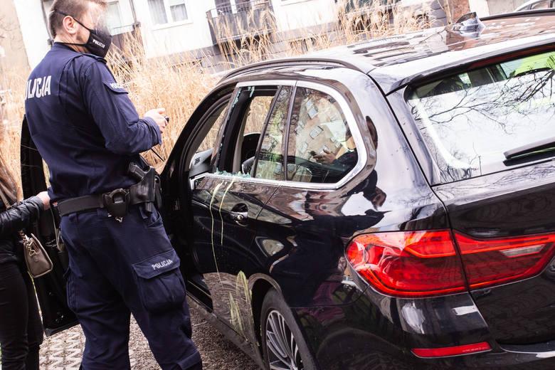 Zdewastowane BMW na jednym z podwórek na Nadodrzu