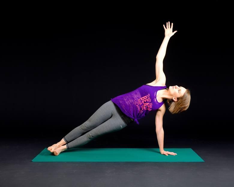 Pozycja ta jest zalecana osobom ze skoliozą, czyli skrzywieniem bocznym kręgosłupa, ponieważ poprawia jego krzywiznę, co potwierdziły badania opisane